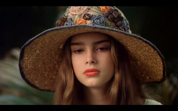 Violet (Brooke Shields) observando um lagarto enquanto Bellocq tenta fotografá-la