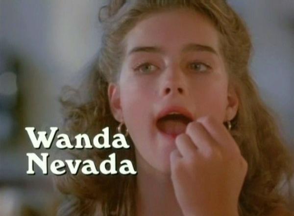 O filme já começa com Wnada Nevada (Brooke Shields) se maquiando.