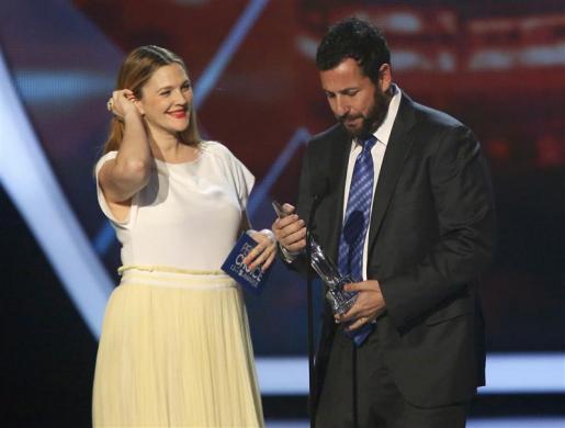 Drew Barrymore entrega o prêmio a Adam Sandler