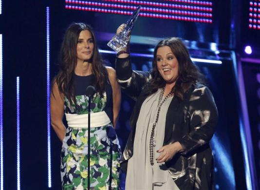 """Sandra Bullock e Melissa McCarthy recebendo o prêmio pelo filme """"As Bem-Armadas"""""""