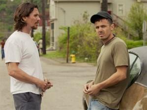 Russell (Christian Bale) tentando aconselhar o irmão, Rodney (Casey Affleck)