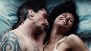 Russell e sua namorada, Lena (Zoe Saldana).