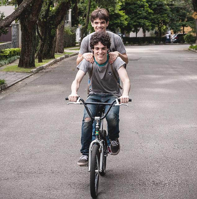Passeando de bicicleta pelo bairro
