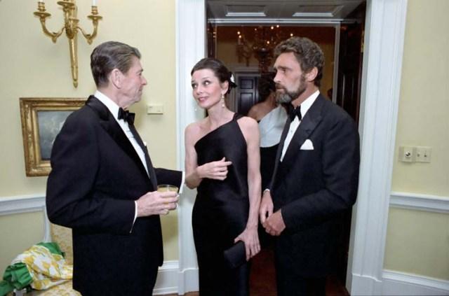 Audrey e o companheiro Robert Walders conversam com o presidente Ronald Reagan