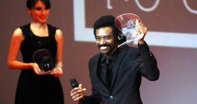 Fabrício Boliveira recebe o prêmio de melhor ator por Faroeste Caboclo
