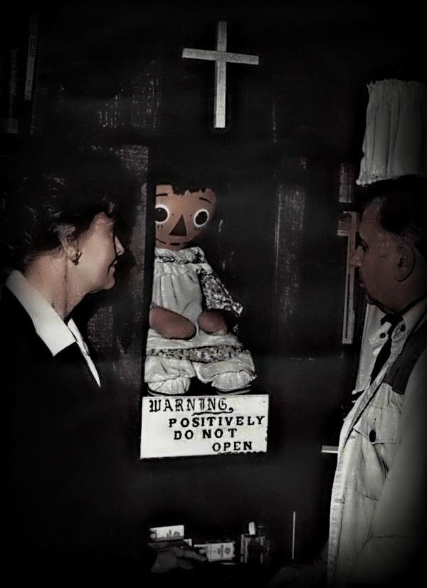 Ed e Lorraine Warren no Museu do Oculto, onde está a boneca.