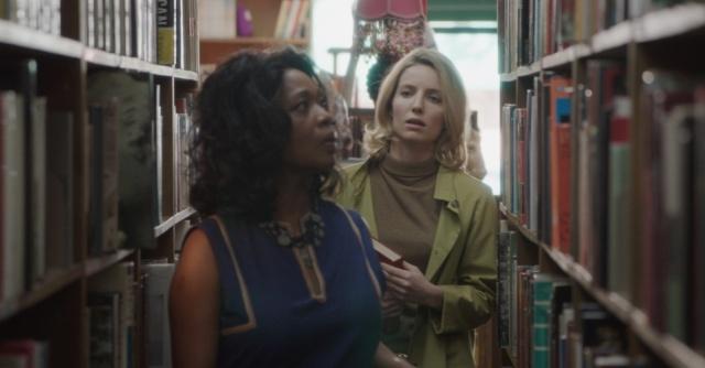 Mia e sua única amiga, a vendedora de livros Evelyn