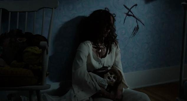 Annabelle Higgins morta e com a boneca no colo