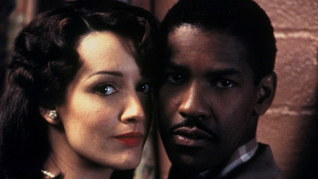 Jennifer Beals e Denzel Washington em O Diabo Veste Azul