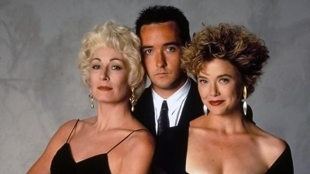 Anjelica Huston, John Cusack e Annette Bening em foto promocional de Os Imorais