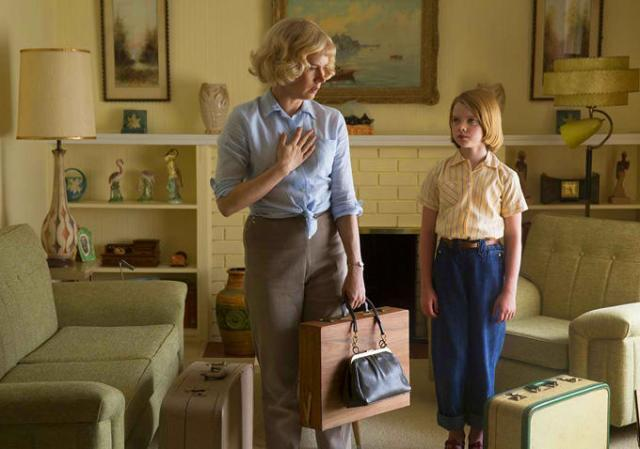 Margaret (Amy Adams) fugindo do primeiro marido com a filha.