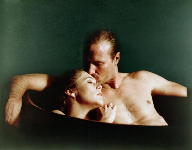 Kathleen Turner e William Hurt em Corpos Ardentes