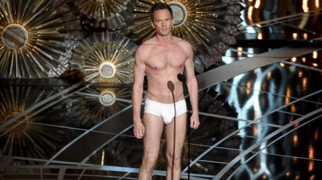 O apresentador de cueca no palco.