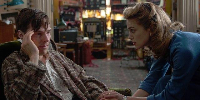 Turing recebe ajuda de Joan, enquanto sofre os efeitos da castração química.