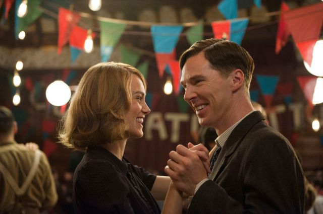 Joan Clarke (Knightley) e Alan Turing (Cumberbatch) durante o noivado: ele até sorri.